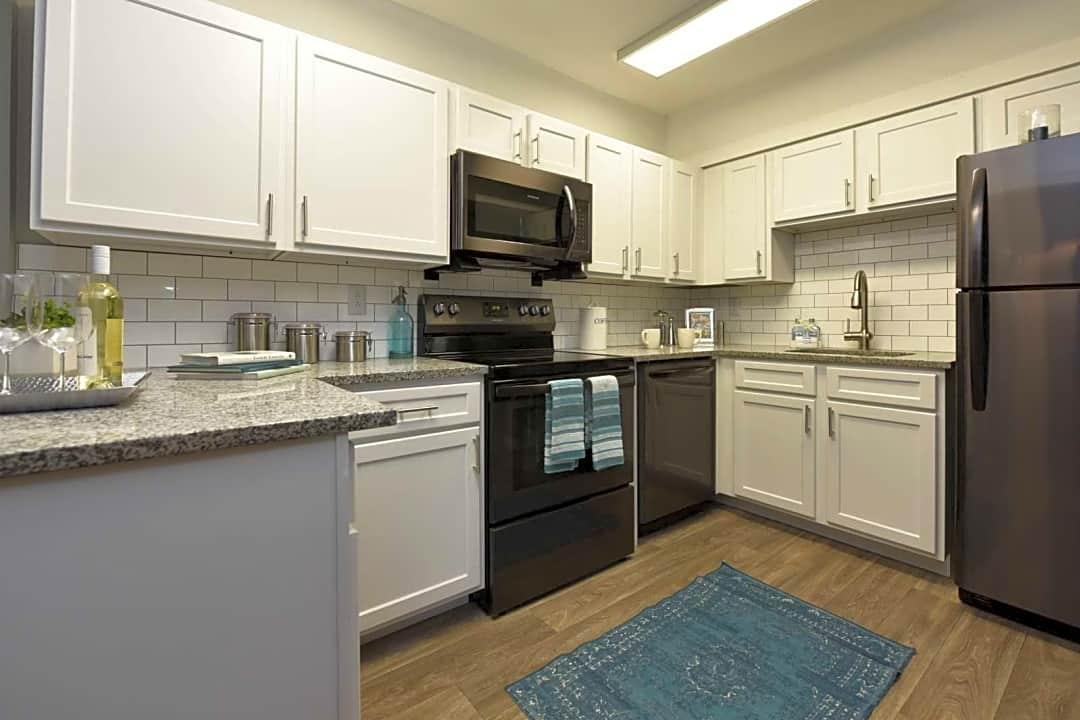 The Roxbury Apartment Homes 1300 Lynnfield St Memphis Tn Apartments For Rent Rent Com