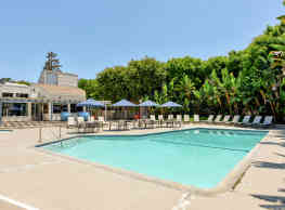 The Californian Fountain Apartments - Huntington Beach