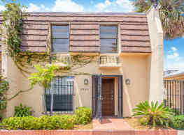 Eastern Shores Waterfront townhouse - North Miami Beach