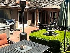 31ViaDescanso-courtyard_patio.jpg