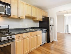 Large kitchen with beautiful appliances and cabinets