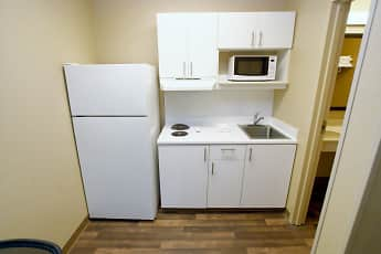 Kitchen, Furnished Studio - Bakersfield - California Avenue, 1