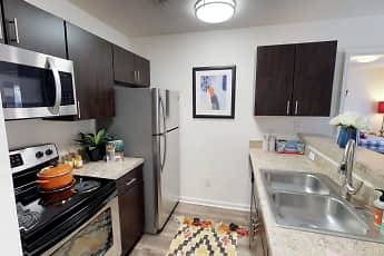 Kitchen, Carolina Creek - Per Bed Lease, 1