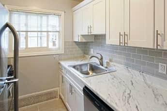 Kitchen, Eagle Rock Apartments At Mineola, 1