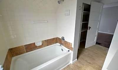 Bathroom, 1011 E Raymond St, 2