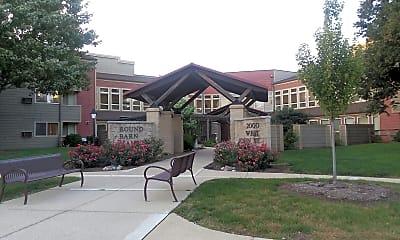 Round Barn Manor, 1