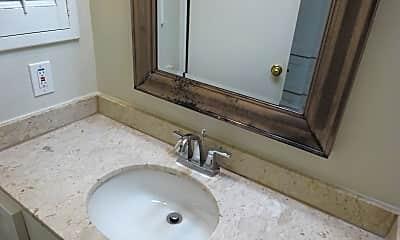 Bathroom, 2600 Bellefontaine, 2