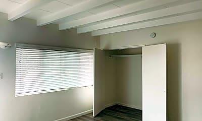 Living Room, 728 E Walnut St, 1