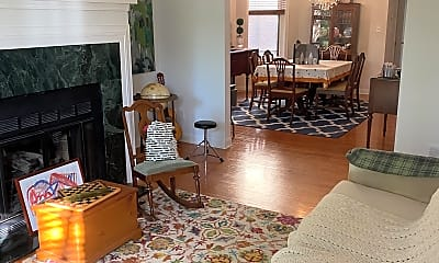 Living Room, W Belden and N Lincoln, 1