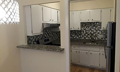 Kitchen, 561 W Stratford Pl #2A, 1