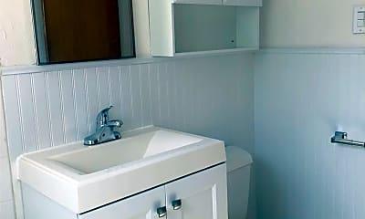 Bathroom, 1017 W Mulberry St, 2