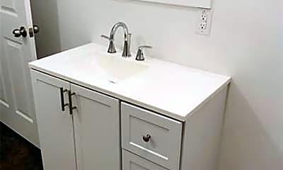 Bathroom, 816 W 8th St A, 2