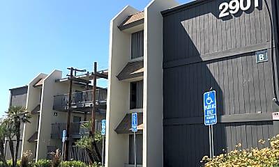 Moonraker Apartments, 0