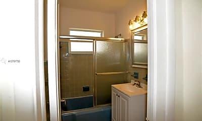 Bathroom, 1551 Michigan Ave, 2