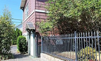 Building, 915 NE Roselawn St, 1