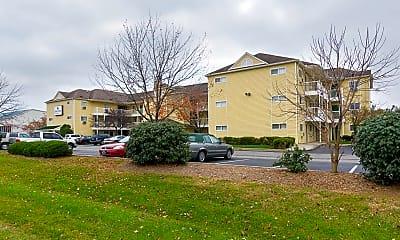 Building, HomeTowne Studios - Louisville - St. Matthews, 1
