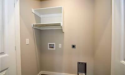 Bathroom, 552 Vee St, 2
