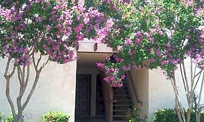 El Rancho Escondido, 2