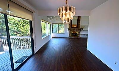 Living Room, 303 Trestle Glen Blvd, 2