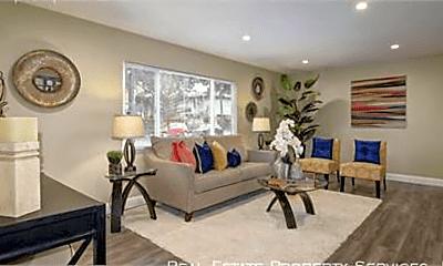 Living Room, 324 E Magnolia St, 2