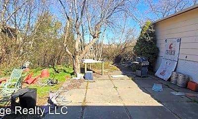 600 NE Illinois St, 1