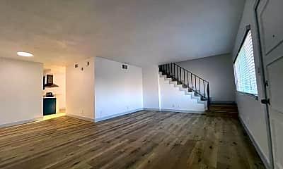Living Room, 112 E Buckthorn St, 1