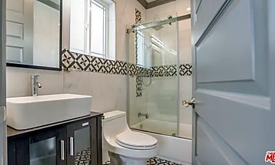 Bathroom, 413 N Harvard Blvd, 2