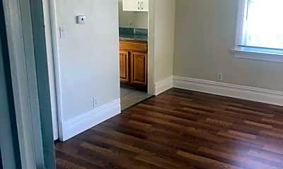 Living Room, 514 W MacArthur Blvd, 1