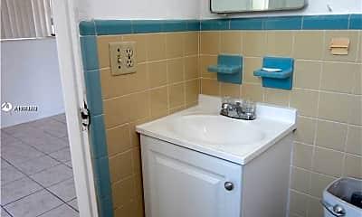 Bathroom, 2115 N 17th Ct 2, 2