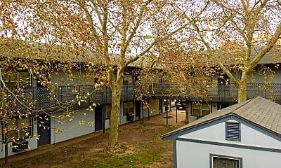Courtyard, Meadows Apartments, 2