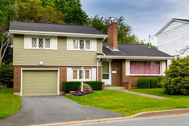 vintage-split-level-home-north-american-house-seventies-eighties-57487973.jpg