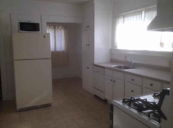 920 kitchen.jpg