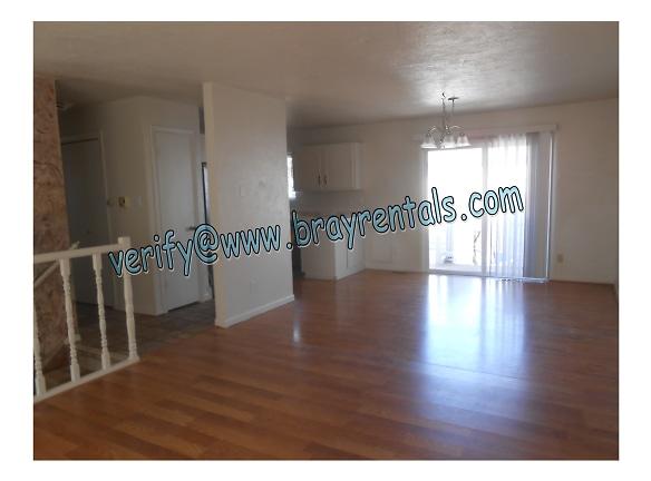 2534 Walnut Ave 2-livingroom.jpg