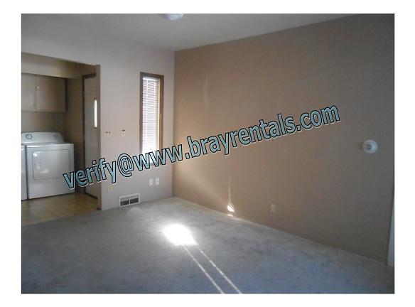 1445 Texas Ave 5-livingroom.jpg