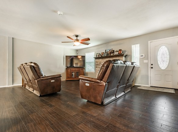 2 Living Room.jpg