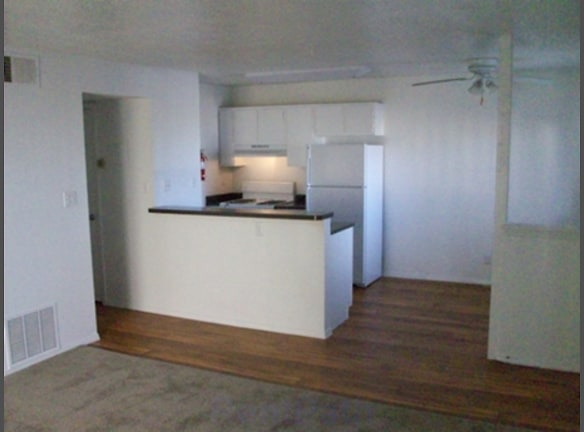 1 BR Kitchen/Dining Area with ceiling fan