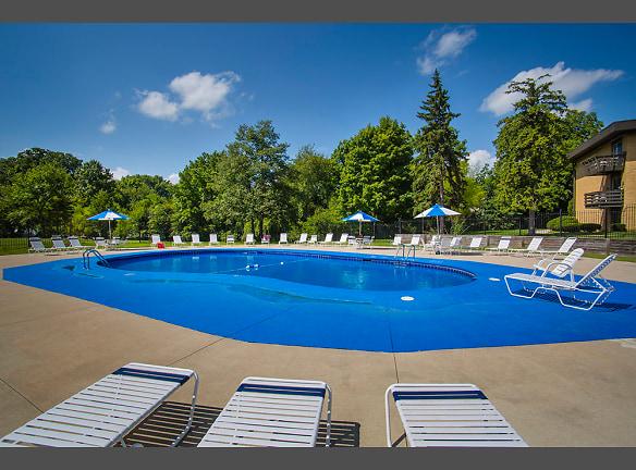 Sparkling Pool & Sun Deck!