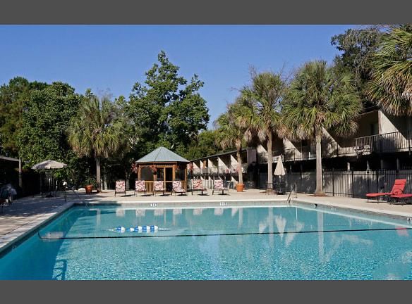 Sparkling Pool at Hampton Courts Apartments in Baton Rouge, LA