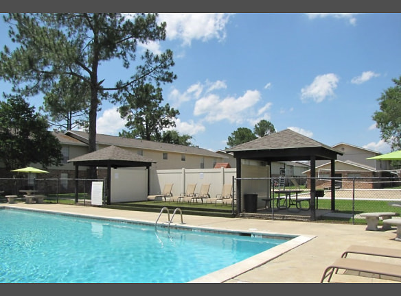 Large Swimming Pool with Sun Deck at the Hidden Pointe Apartments in Baton Rouge, LA