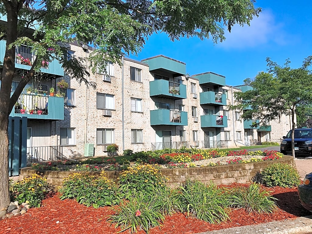Apartments Near Macalester Chateau Montreal for Macalester College Students in Saint Paul, MN