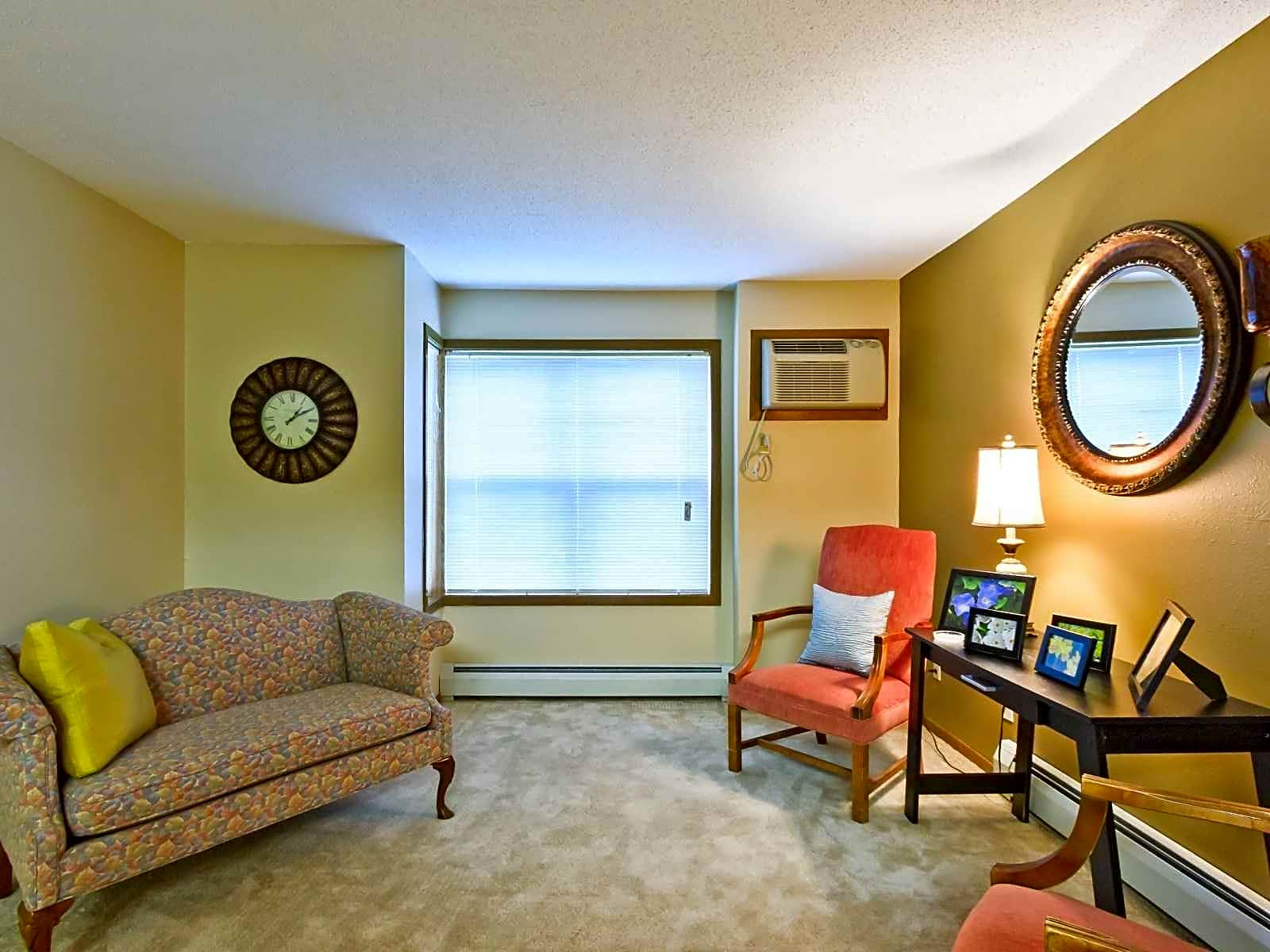 Carriage house apartments moorhead mn 56560 for Carriage house garden apartments
