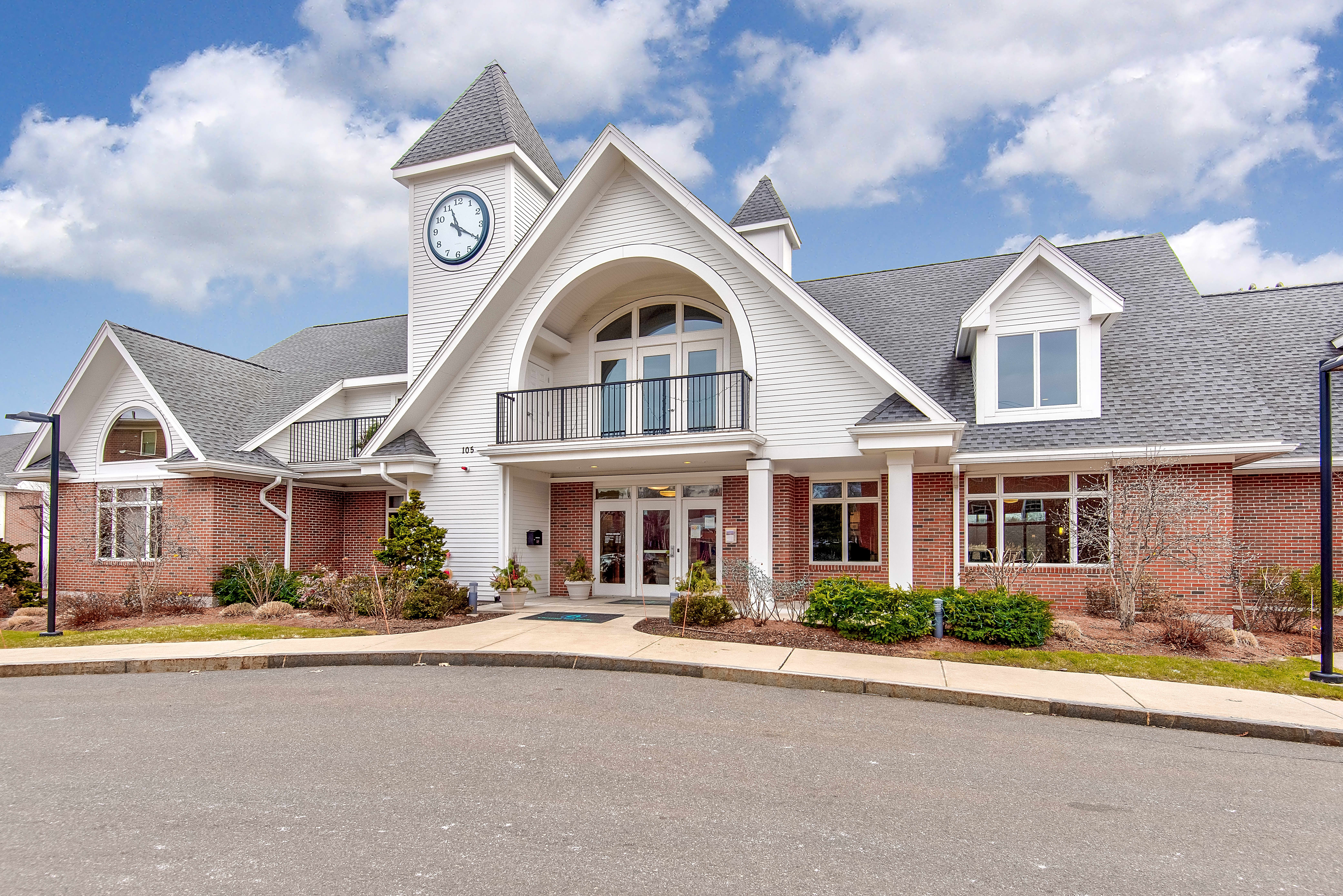 Apartments Near Stonehill Norwood Gardens for Stonehill College Students in Easton, MA