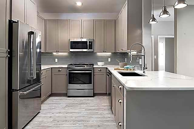 Premier Scheme Kitchen with Stainless Steel Appliances