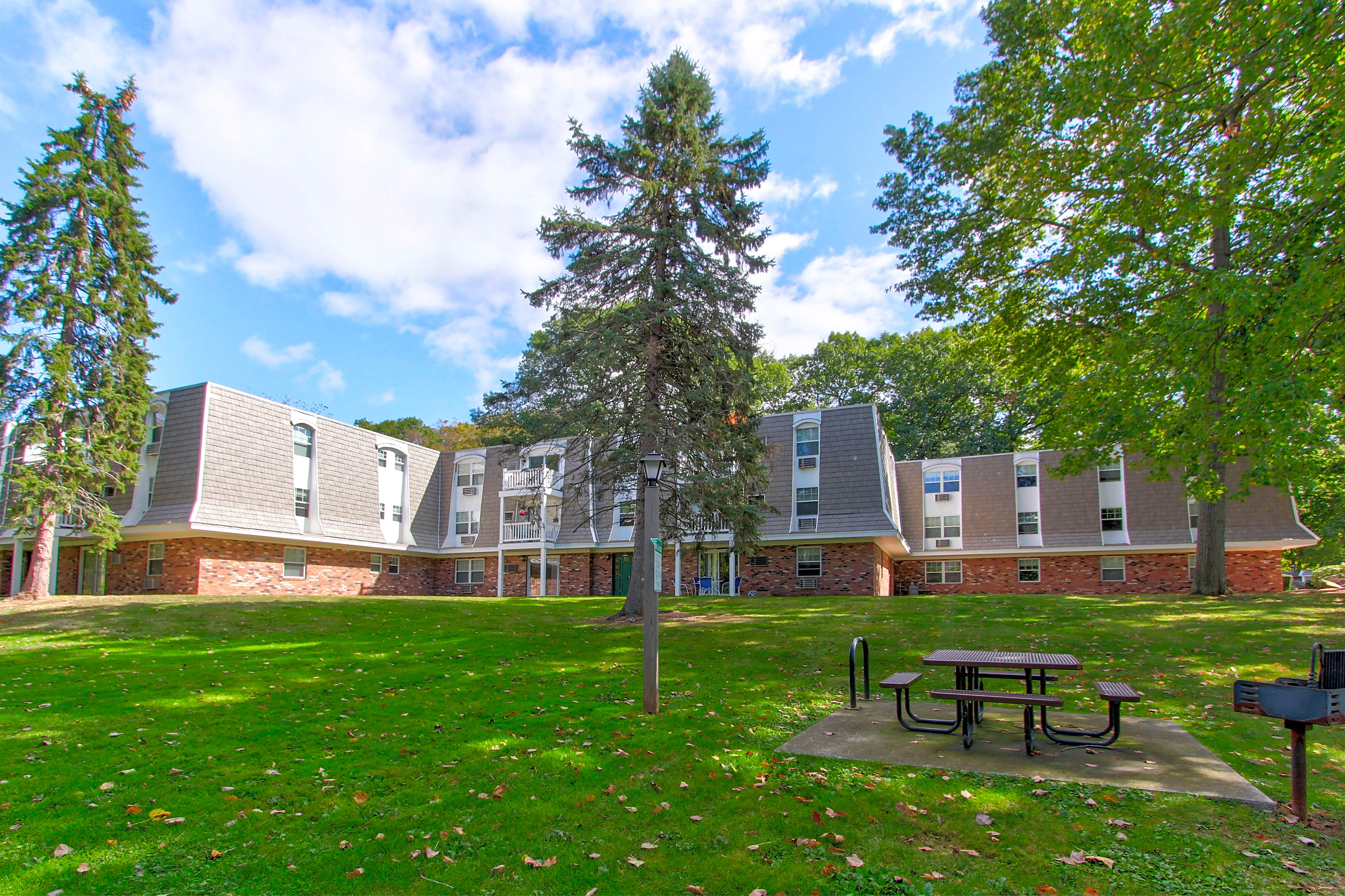 Apartments Near Wesleyan Glenbrook at Rocky Hill for Wesleyan University Students in Middletown, CT