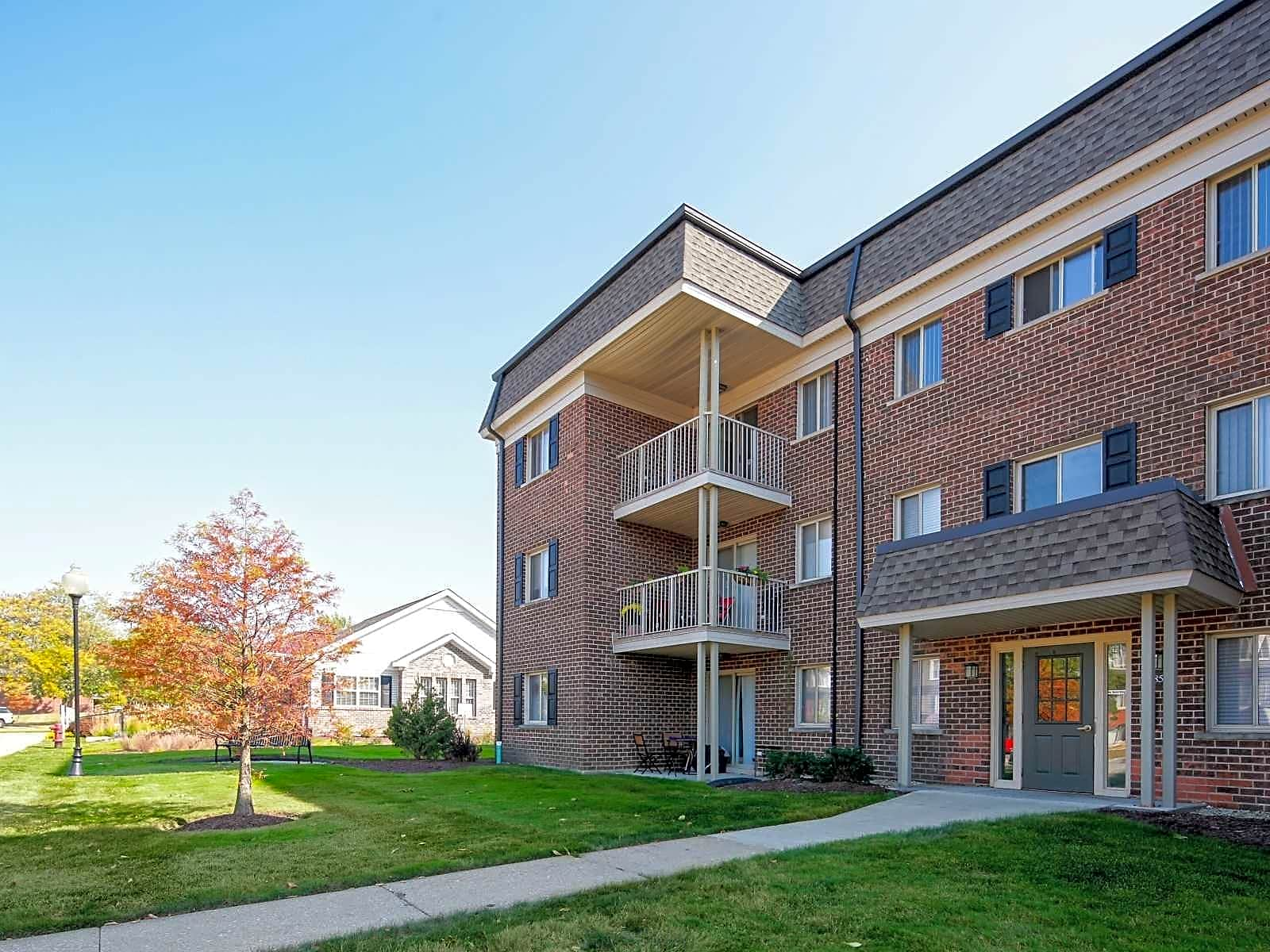 Apartments Near DeVry Cypress Place for DeVry University Students in Addison, IL