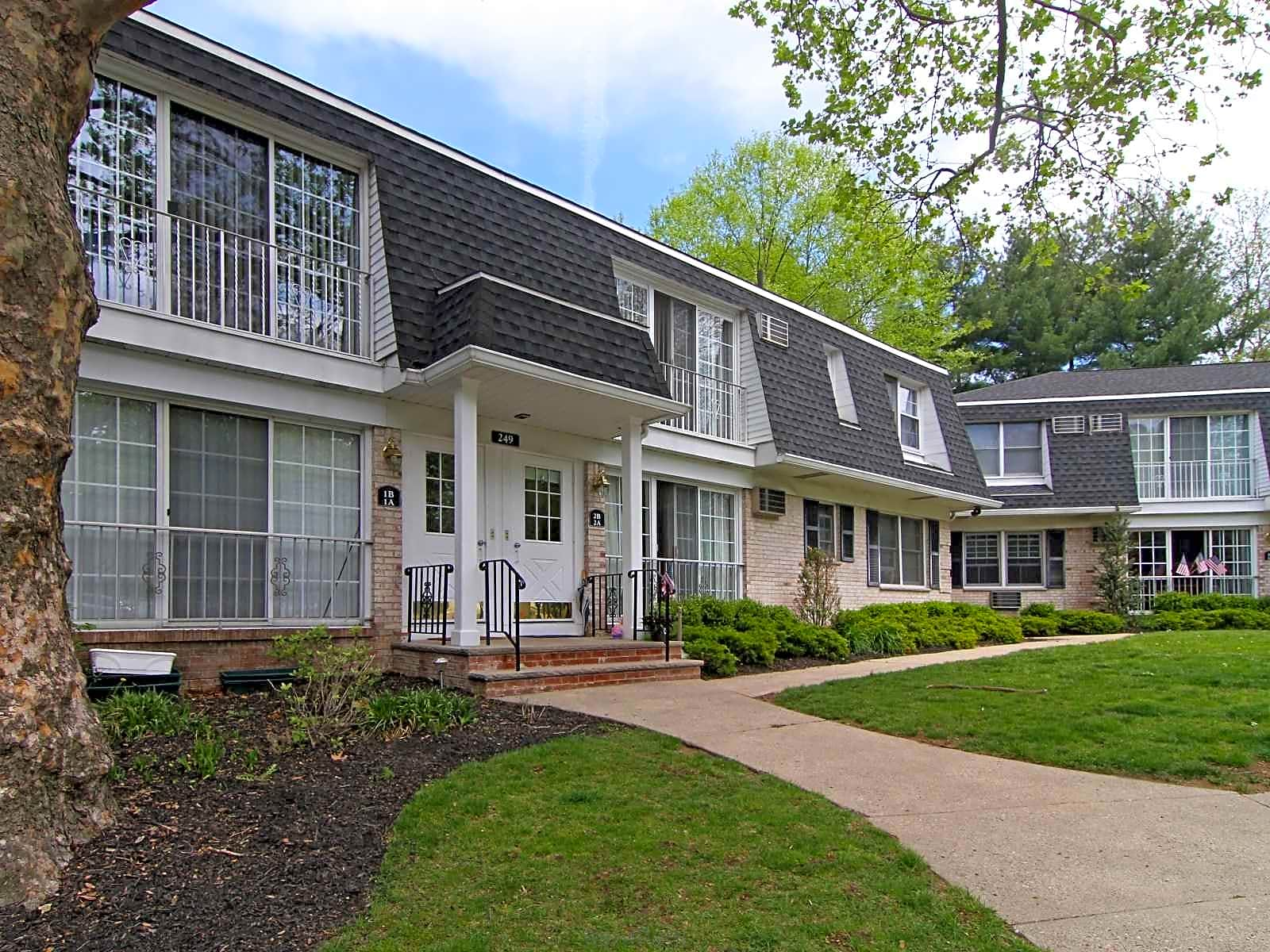 Apartments Near RCC Village On The Green (Rivervale) for Rockland Community College Students in Suffern, NY
