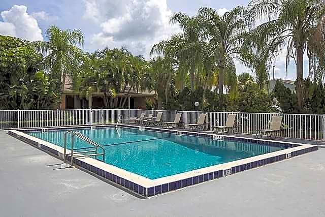 The park at via velino apartments melbourne fl 32901 for Melbourne university swimming pool
