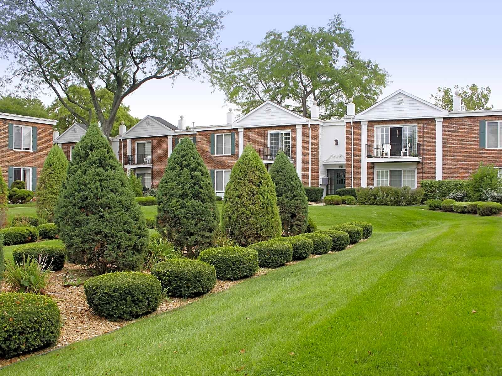 Apartments Near North Central Courts Of Williamsburg for North Central College Students in Naperville, IL