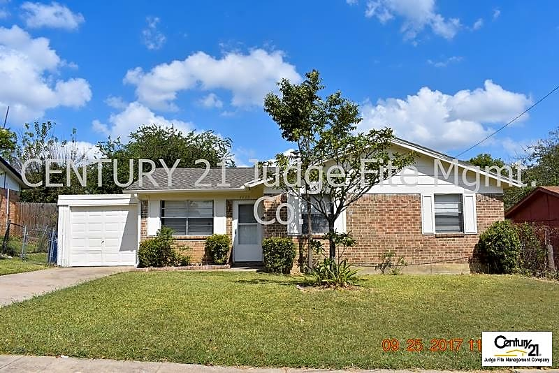 Charming 4/1.5/1 in Garland For Rent! Excellent Re