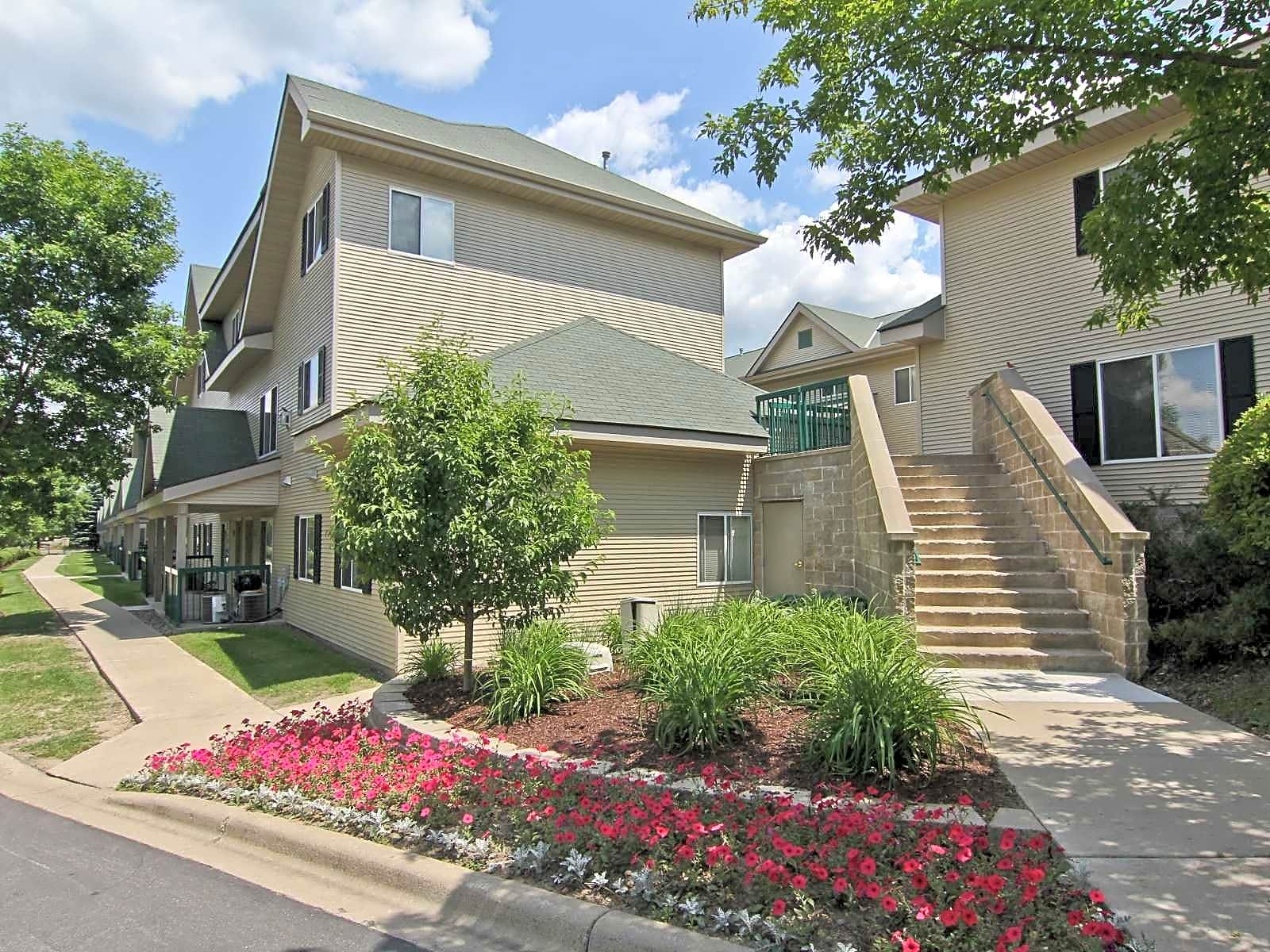 Apartments Near Brown Promenade Oaks for Brown College Students in Mendota Heights, MN
